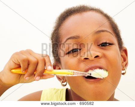 Jovem garota escovando dentes