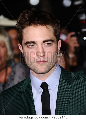 LOS ANGELES - NOV 11:  Robert Pattinson arrives to the