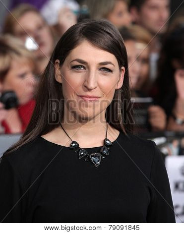 LOS ANGELES - NOV 11:  Mayim Bialik arrives to the