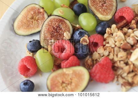 Berries and figs with granola