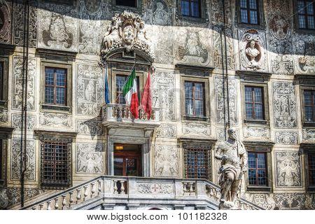 Palazzo Della Carovana In Pisa With Cosimo I De Medici Statue