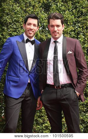 vLOS ANGELES - SEP 12:  Drew Scott, Jonathan Silver Scott at the Primetime Creative Emmy Awards Arrivals at the Microsoft Theater on September 12, 2015 in Los Angeles, CA