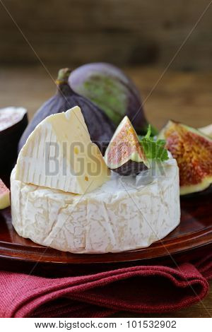 Cheese with white mold (Camembert, Brie), with fresh figs