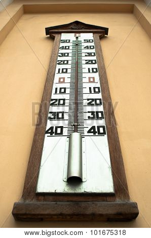 A Giant Outdoor  Mercury Thermometer On A Wall