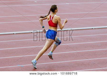 girl athlet run 400 meters