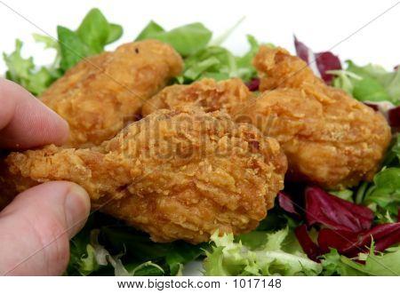 frittierte Frühling Huhn in golden Zitrone Teig mit Salat