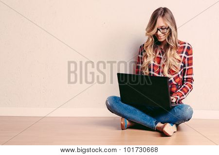 Young Creative Woman Sitting In The Floor With Laptop./ Casual B