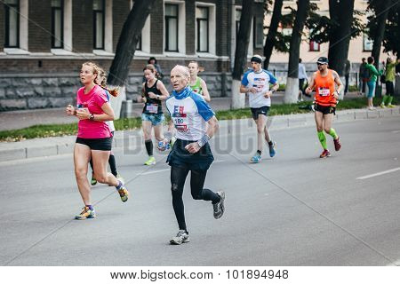 old man runner competes