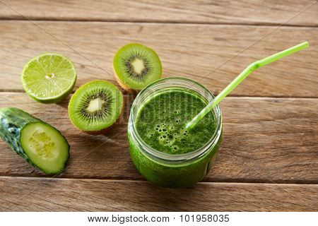 Detox green juice cleansing recipe with also kiwi lemon cucumber spinach