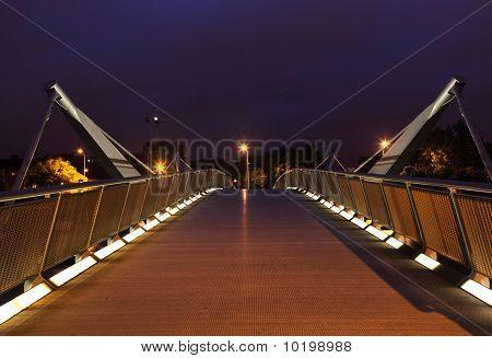 Brücke über den Fluss Liffey in der Nacht.
