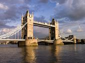 Tower Bridge por dia nublado