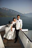 Постер, плакат: Невеста и жених на лодке