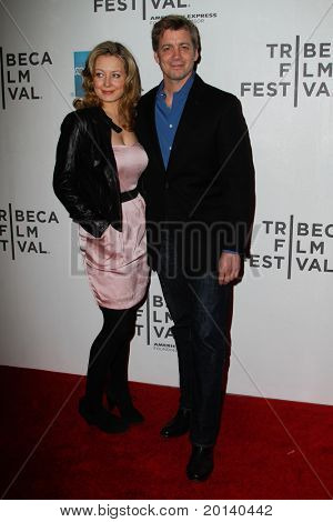 NEW YORK - APRIL 21: Chris Henry Coffey und Freundin Jennifer Mudge besuchen die 2011 TriBeCa Film F