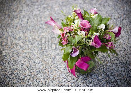 fuchia ramo de flores sobre fondo grunge