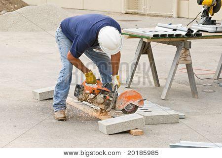 Trabajador aserrado montantes metálicos