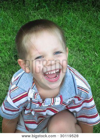 Retrato de niño riendo