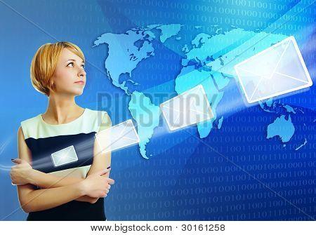 Mulher sobre mapa mundo enviar mensagem de correio electrónico através da Internet