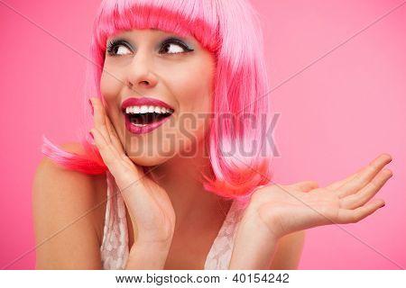 女人穿粉红假发