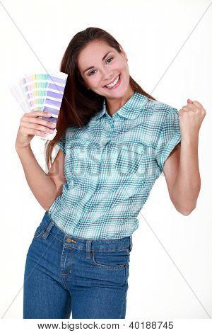 mulher escolher as cores para seu novo apartamento