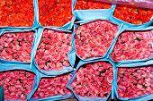 Постер, плакат: Розы на цветочный рынок рано утром в Бангкоке