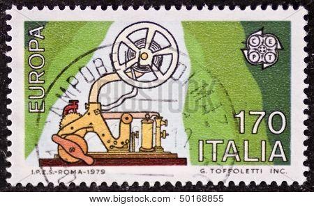 Itália - por volta de 1979: um selo imprimido em Itália celebra a ideia Europeia mostrando um antigo telégrafo m