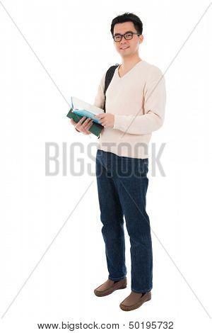 Estudiante adulto asiatico de cuerpo completo en ropa casual con mochila lleva texto libros pie vitrificado