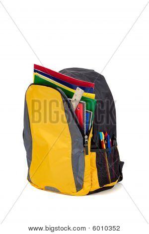 Amarilla mochila con útiles escolares