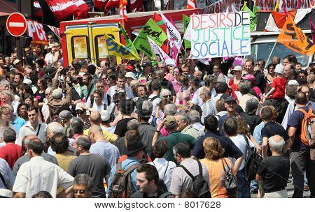 As pessoas demonstram em Paris