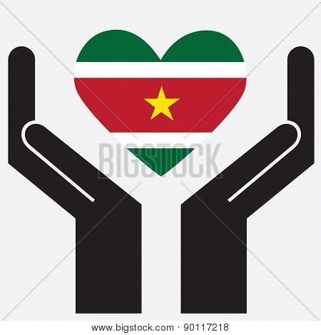 Hand showing Suriname flag in a heart shape.