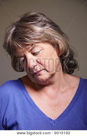 Mulher idosa, olhando para baixo