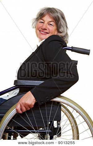 Mulher paraplégica em cadeira de rodas