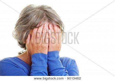 Preocupado com a mulher idosa