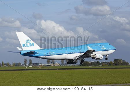 Amsterdam Airport Schiphol - Boeing 747 Of Klm Lands