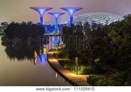 Singapore, Singapore - Circa September 2015: Supertree Grove And Flower Dome In Gardens By The  Bay