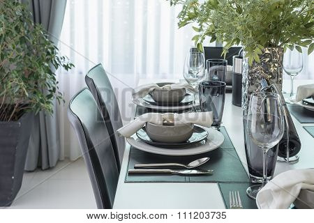Black And White Modern Dinning Table With Table Set