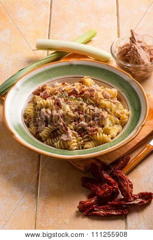 pasta with tuna ragout and dried tomatoes