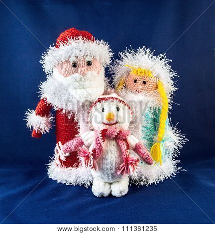 Santa Claus with snow Maiden and snowman. Knitting simbol