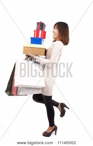 Jovem mulher compra feliz com um monte de caixa de presente e saco de compras