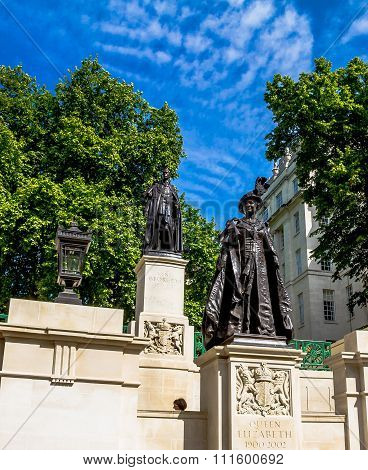 Statues Of Elizabeth The Queen Mother And King George Iv Situated In Carlton Gardens, Near The Mall