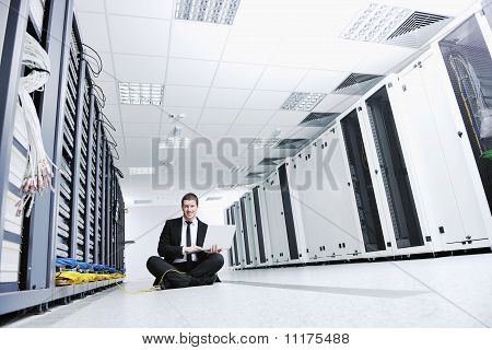 Kaufmann mit Laptop im Netzwerk Serverraum