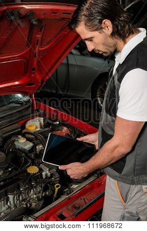 Car mechanic using digital tablet