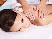 Постер, плакат: Красивая молодая женщина имеющие массаж