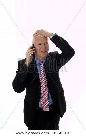 Empresario decepcionado llamando a mano en la cabeza