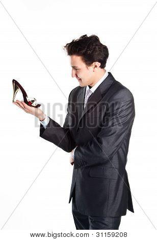 Joven empresario con zapatos de mujer
