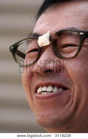 Homem asiático óculos quebrados