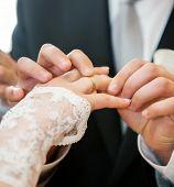 Постер, плакат: Ман руку положив обручальное кольцо на палец невесты