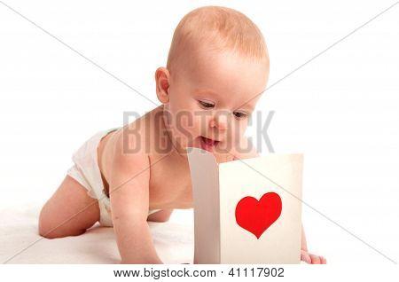 Hermosa bebe y postales de San Valentín con un corazón rojo