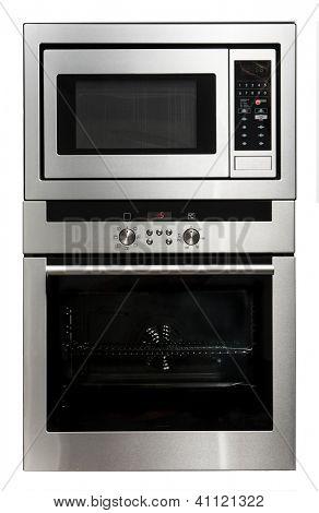 Moderno forno metálico e microondas isolado no branco