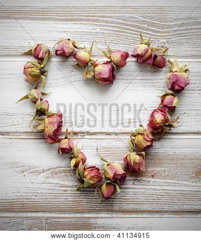 Coração de botões de rosa seco