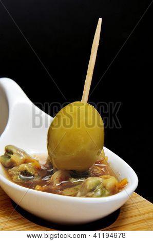 un cuenco con berberechos, berberechos españoles, sirvió como aperitivo con vinagre y pimentón